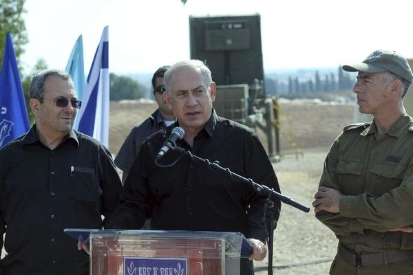 El primer ministro israelí, Benjamin Netanyahu (centro), y el ministro de Defensa, Ehud Barak (izq.), hablaron con la prensa sobre los ataques. | EFE
