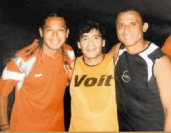 Alonso Solís se tomó una fotografía con Diego Maradona y su padre Jorge Solís, la cual subió a sus redes sociales tras la muerte del astro argentino. Instagram.