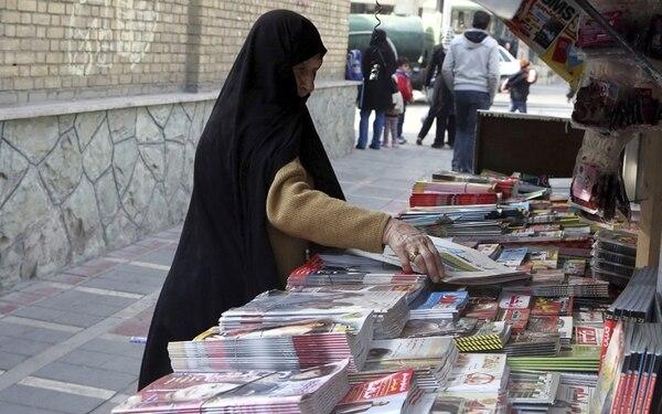 Una mujer compra un periódico en Teherán. Las portadas informaban sobre el alcance del acuerdo. | AFP.