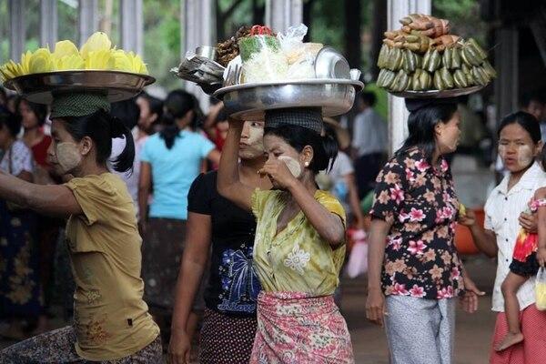 Tanto hombres como mujeres de Birmania suelen pintarse la cara con Thanaka, que obtienen de un árbol. Sirve de protección solar. Cortesía