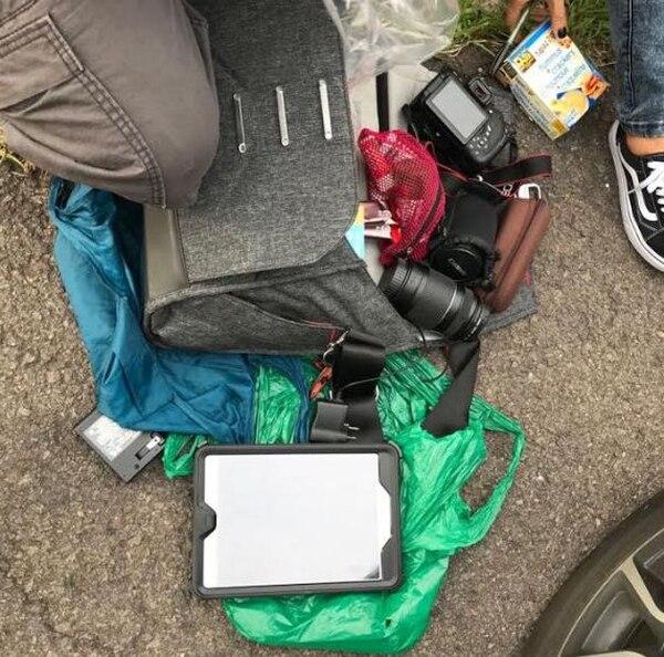 Parte de los artículos que la pareja de esposos sustrajo del vehículo rentado por los turistas extranjeros. Foto: OIJ para LN