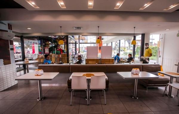 El distanciamiento social se notará en las mesas de los McDonald's, este fin de semana, cuando abran de nuevo los sábados y domingos. Igual sucederá con las otras cadenas de comida rápida. Foto: Alonso Tenorio