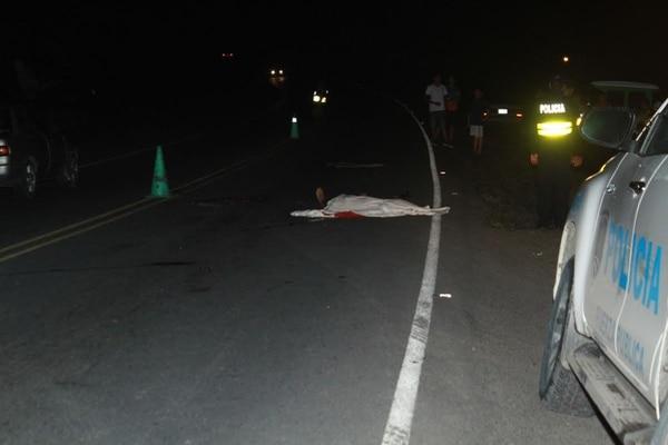 El cuerpo del joven yacía en la vía publica, a unos 200 metros de donde quedó el tráiler sobre la bicicleta.