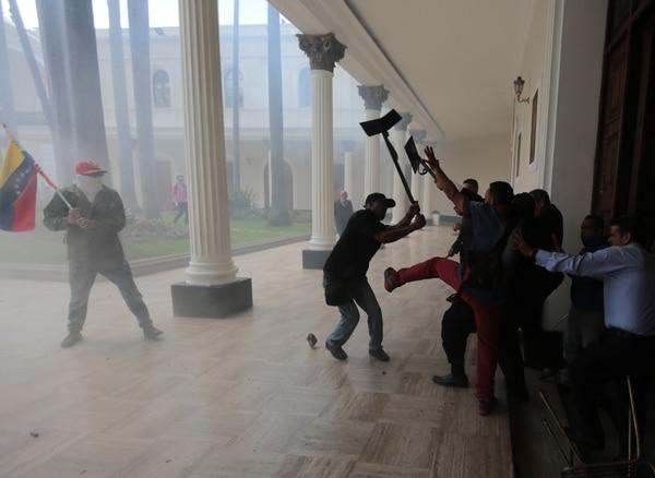Un grupo de seguidores del gobierno venezolano irrumpió violentamente este miércoles en la sede del Parlamento, de mayoría opositora, donde los diputados realizaban una sesión especial por el día de la independencia.