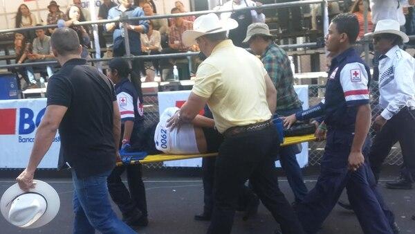 Una mujer requirió de atención de la Cruz Roja al caer del caballo que montaba durante el tope de San José, realizado este jueves.