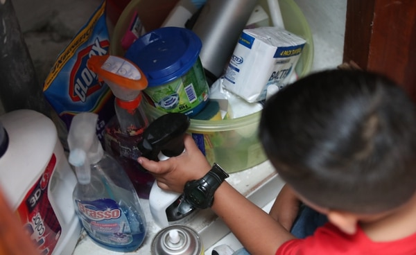 No deje implementos de limpieza al alcance de los niños, la curiosidad propia de la infancia podría hacerlos manipularlos y consumirlos. Fotografia: Graciela Solis