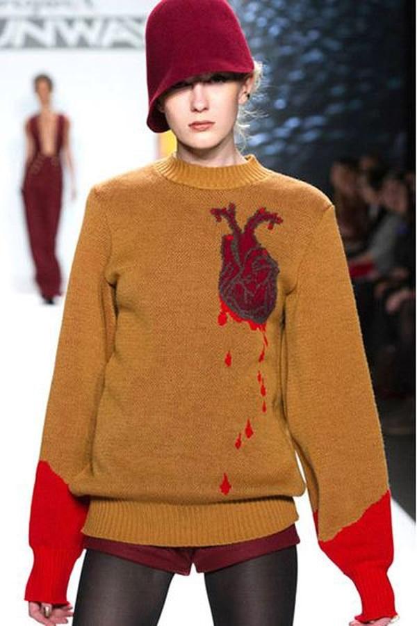 El suéter con un corazón sangrante es la creación más famosa de Michelle Lesniak. | FID PARA LN.