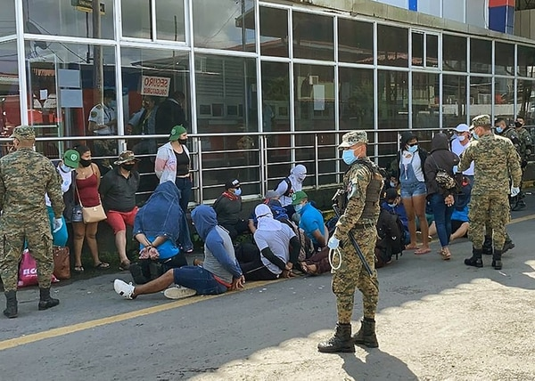 Policía panameña detuvo, por algunos minutos, a los manifestantes. Luego se movilizaron a un terreno aledaño, donde esperan noticias para continuar su viaje a Nicaragua. Foto suministrada por Alfonso Quesada.