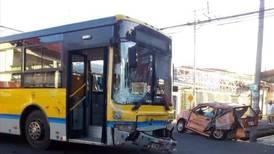 Joven de 23 años muere en colisión entre autobús y vehículo liviano en Moravia