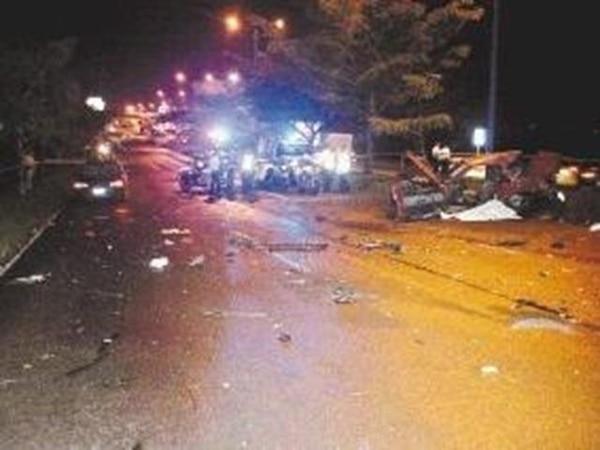 En el accidente del parque de la Paz, ocurrido anoche, el Tránsito sospecha de que el vehículo rojo sufrió un desperfecto mecánico. | ADRIANA ARAYA