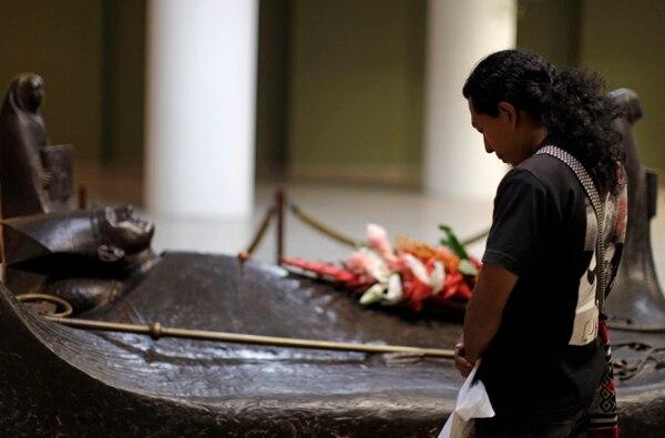 En esta foto del 2011 una mujer rezaba ante la tumba del arzobispo Oscar Arnulfo Romero dentro de la catedral de San Salvador. Hoy el papa Francisco dijo que no hay traba alguna para el proceso de beatificación. (AP