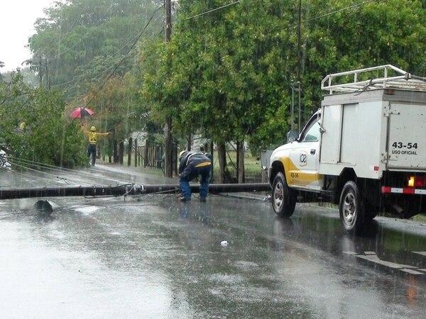 La tarde del lunes la vía entre Osa y Palmar Sur estuvo cerrada dos horas por la caída de árboles a raíz de las lluvias y el viento.