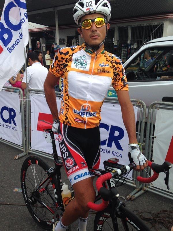 José Vega recibió la camiseta dorada de líder de la Vuelta a Costa Rica, luego de que la organización olvidara llevarla a la meta.
