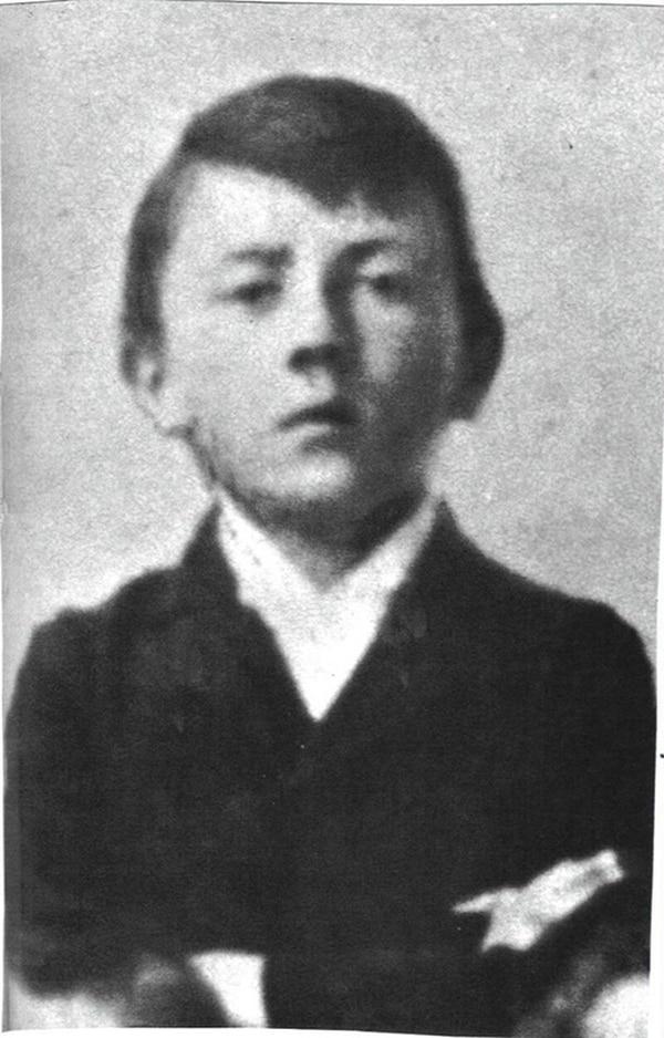 De niño fue el cabecilla de una barra de chiquillos que jugaban a la guerra y él sentía fascinación por las aventuras del vaquero Karl May, novelas que siempre leía.   ARCHIVO