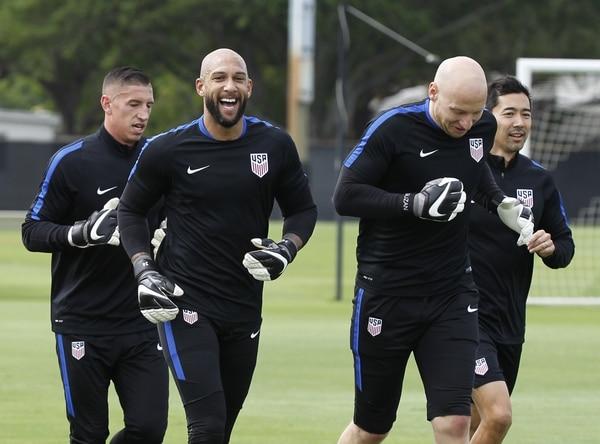 Brad Guzan (derecha) será el portero de Estados Unidos en la Copa Oro. En la imagen comparte con Tim Howard, que habitualmente es titular.