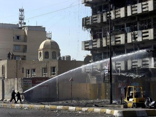 Un carro explotó ayer ante la iglesia del Sagrado Corazón en Bagdad. | AP.