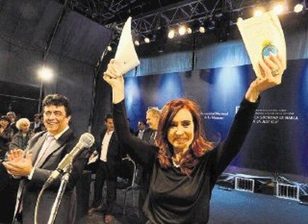 Cristina Fernández festeja la promulgación de la ley de reforma judicial durante un acto en la Universidad Nacional, en el distrito La Matanza. | EFE