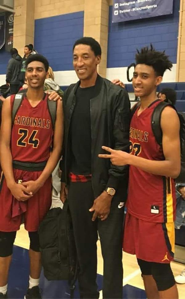 Avery e Ian Martínez junto al exjugador de la NBA, Scottie Pippen.