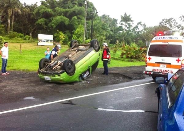 Bomberos y cruzrojistas atendieron el accidente y trasladaron a dos heridos al hospital local.