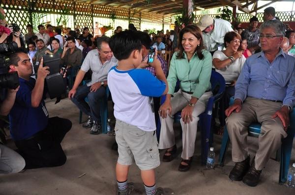 Un niño fotografió a la presidenta Chinchilla cuando asistió, con otros funcionarios, a una actividad en Bribrí, Talamanca, en agosto.   RONNY JAÉN