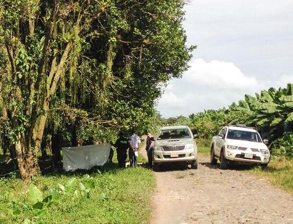 El cuerpo del abogado se encontraba a orillas de la vía pública, desnudo, con las manos y las piernas atadas con cable de cargadores de celular y tela, informó la Cruz Roja de Guácimo.   RÉINER MONTERO