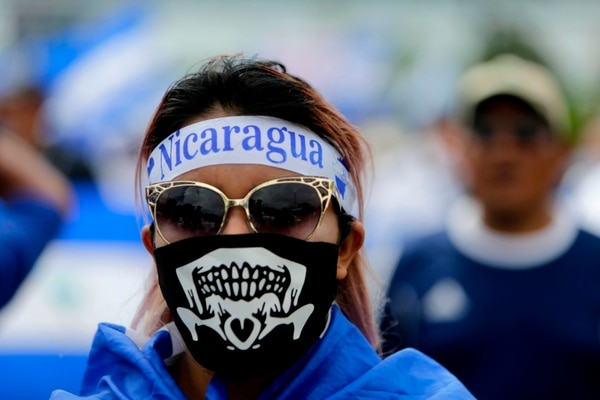 Una joven nicaragüense participó en una protesta contra el gobierno de Daniel Ortega, en Managua, el 31 de julio del 2018. Foto: AFP
