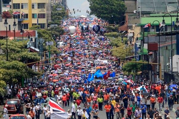 A finales del 2018, los sindicatos, incluidos los de educación, tomaron las calles en protesta por la reforma fiscal. Sin embargo, algunos docentes que decían estar en huelga aprovecharon para salir del país. Foto: Rafael Pacheco.