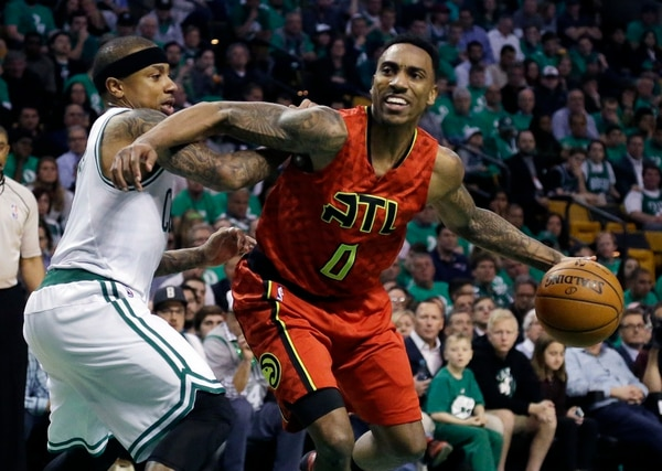 Jeff Teague (0) conduce el balón con la marca del base de Boston Celtics, Isaiah Thomas.