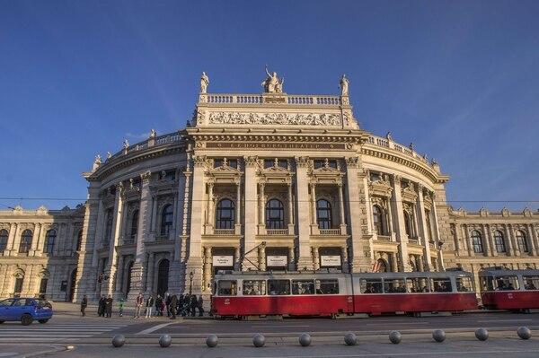 Este es el Burgtheater de Viena, Austria, diseñado por el arquitecto alemán Gottfried Semper (1803-79) y el arquitecto austriaco Karl von Hasenauer (1833-1894) y completado en 1888. En 1857, el emperador Francisco José proclamó que Viena necesitaba un cambio de imagen acorde con la riqueza del imperio austro-húngaro. Este año, la pieza central del gigantesco proyecto de ingeniería urbana donde se encuentra el teatro, el boulevard Ringstrasse, cumple 150 años.