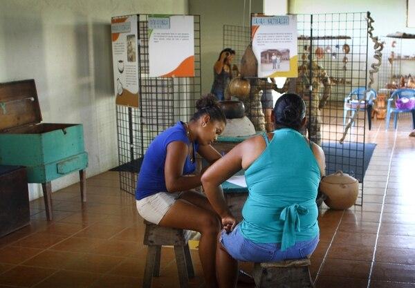 Los visitantes pueden presenciar en el museo cómo trabajan los artesanos las piezas de barro y adquirir cualquiera de ellas.