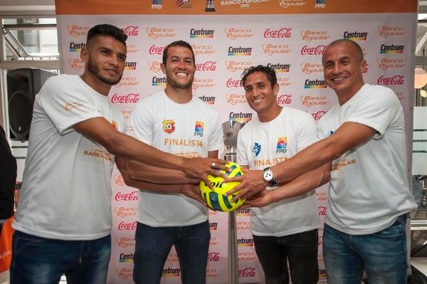 Los jugadores Luis Omár Hernández y Daniel Cambronero de Herediano compartieron con Rándall Brenes y Danny Fonseca de Cartaginés.