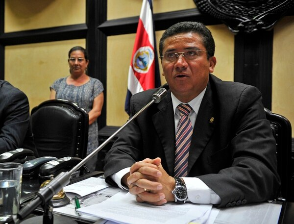 El presidente del Congreso, Luis Fernando Mendoza, lidera el grupo de bailes folclóricos del Primer Poder de la República.   MAYELA LÓPEZ.