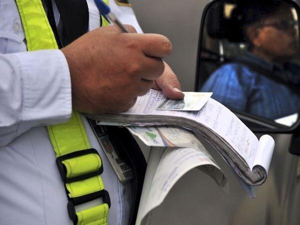 La ley de tránsito rige desde el 26 de octubre. Ese día, varios oficiales usaron boletas de papel y no electrónicas, para levantar partes. | ALONSO TENORIO