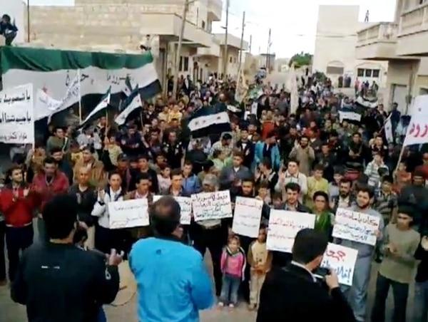 Parte de las marchas en Siria ayer en la ciudad de Idleb. | AP.