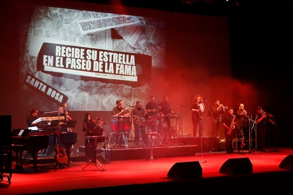 Durante el concierto, se proyectaron imágenes o notas de prensa que recordaron la exitosa carrera musical de Gilberto Santa Rosa.