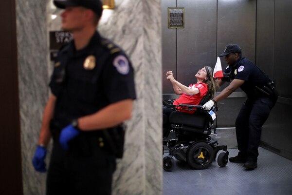 La Policía del Capitolio de los Estados Unidos, arrestó este lunes, a una de las manifestantes que interrumpieron una audiencia del Comité de Finanzas del Senado.