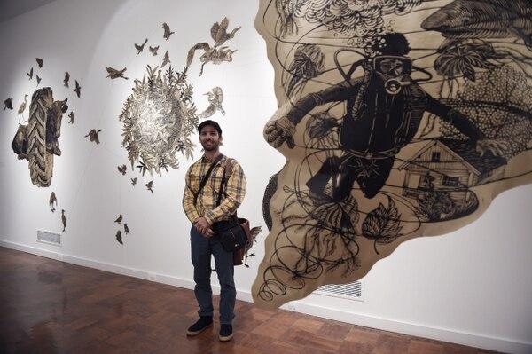 El Artista Osmeivy Ortega frente a su obra