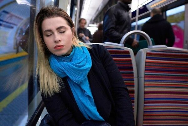 Dormir en el bus de camino al trabajo es común para quienes no logran conciliar el sueño durante la noche. | ISTOCK.