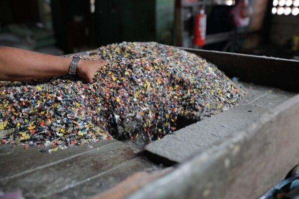 La empresa trabaja con distintos plásticos para crear la mezcla perfecta que permita crear un producto de calidad. Foto Jeffrey Zamora