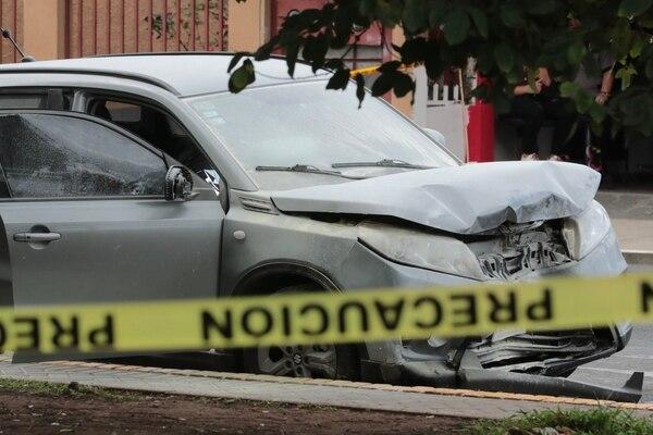 El carro en el que viajaba la pareja fue custodiado por la Fuerza Pública. Los oficiales acordonaron la escena. Foto: Alonso Tenorio