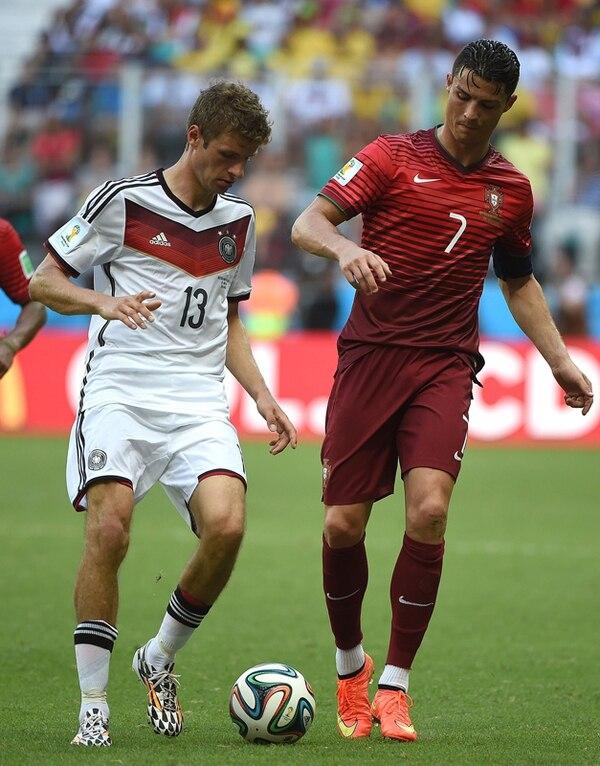 Thomas Müller (izquierda) eclipsó ayer por completo la actuación del astro portugués Cristiano Ronaldo. El teutón es el goleador con tres. | AFP