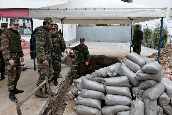 Un equipo de artificieros trabajó alrededor del cráter donde se halla la bomba, de 1,5 m de largo y que contenía 170 kilos de explosivos.