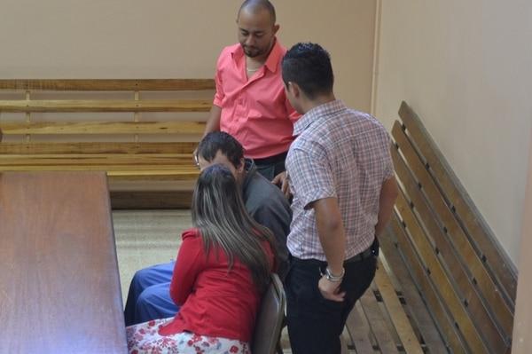 Ernesto Hidalgo Villalobos, de 25 años (sentado), recibió la medida de internamiento ayer en el Tribunal Penal de San Ramón. | MARÍA SALAZAR.