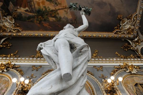 Así había quedado la fisura en febrero, luego de que el tubo de un andamio mutilara a la escultura. Foto: Melissa Fernández