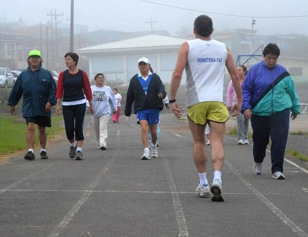 Caminar o trotar cerca del barrio puede ayudar a que las personas eviten enfermedades propias del sedentarismo. | ARCHIVO