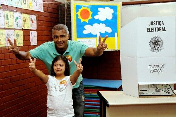 Romario votando en las elecciones de Brasil