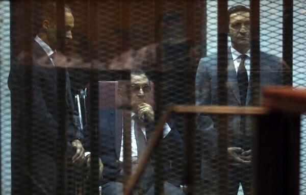 El depuesto presidente de Egipto Hosni Mubarak y sus dos hijos escuchando el veredicto de su juicio.