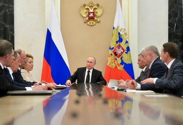 El presidente Vladimir Putin (centro) dirigió una reunión del Consejo de Seguridad de Rusia, el martes 30 de abril del 2019 en Moscú.