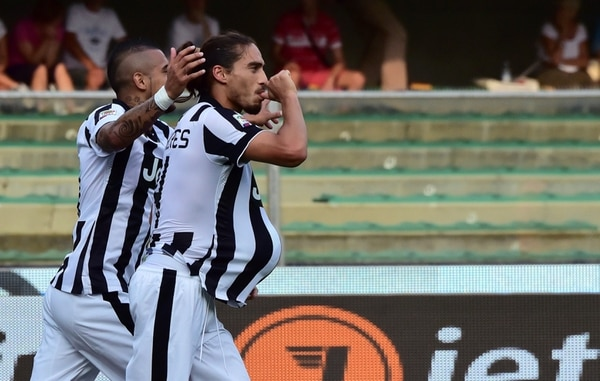 Arturo Vidal y Martín Cáceres celebran el tanto que le dio la victoria a la Juventus sobre el Chievo.