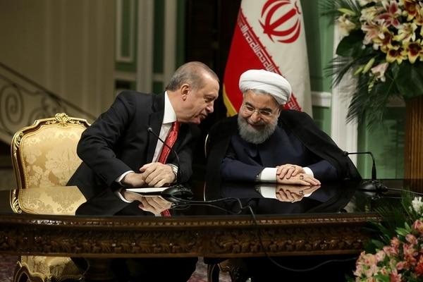El presidente de Irán, Hassan Rohani (der.) y su homólogo turco, Recep Tayyip Erdogan, asisten a una conferencia de prensa en Teherán el 4 de octubre de 2017. AFP